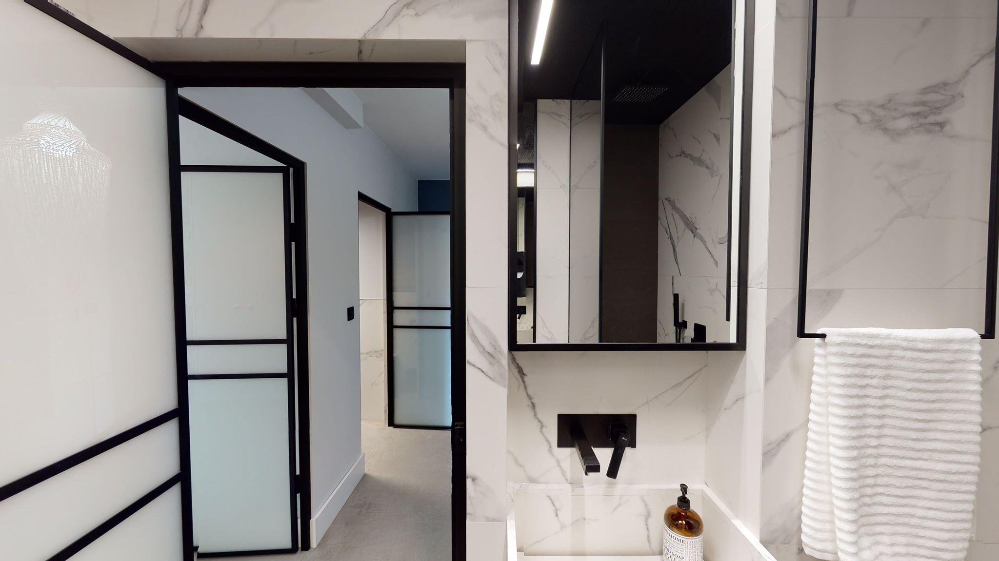 drzwi i lustra w czarnej ramie gdel